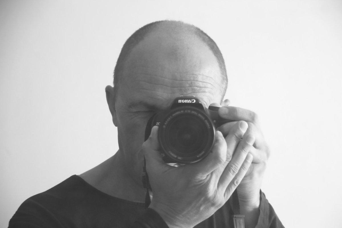 они автопортрет зеркальным фотоаппаратом это
