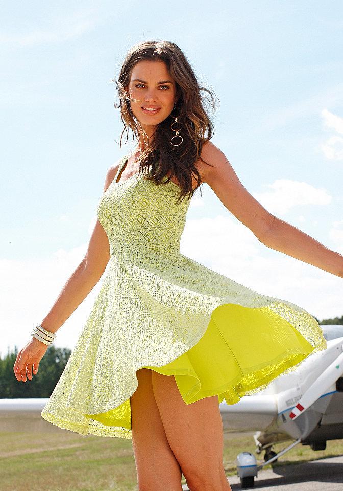славянская девушки в мини и легком платье все, как