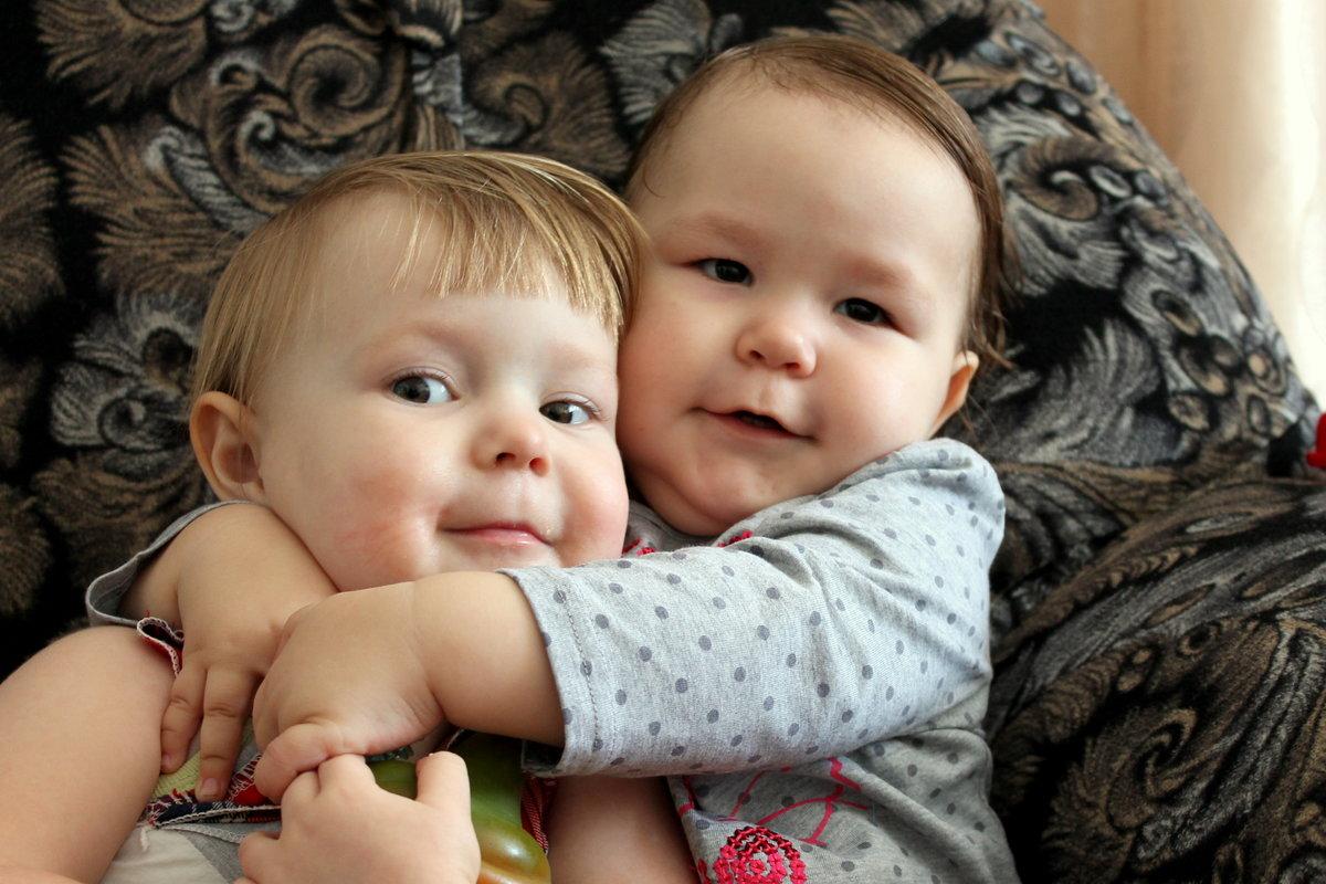 Картинки детки обнимаются