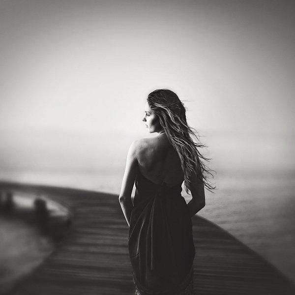Картинки черно белые женщины со спины