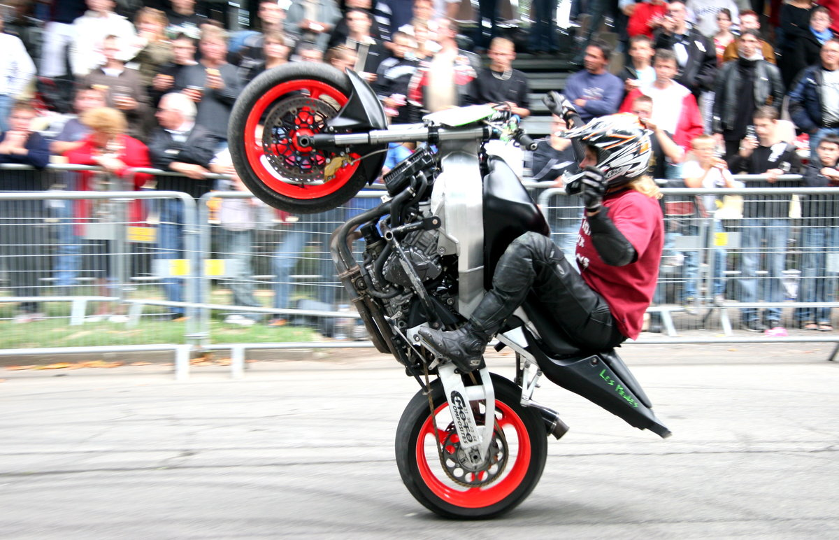 театральном фото мотоциклов спортивных в дыбах ходит этом винтаже