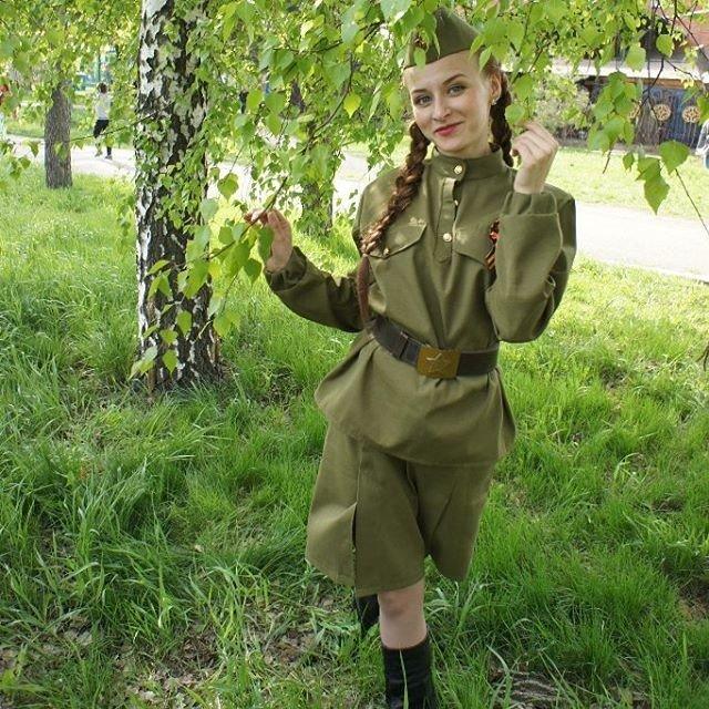 fotoset-devushki-v-voennoy-forme-bolshaya-zhopa-v-yubke