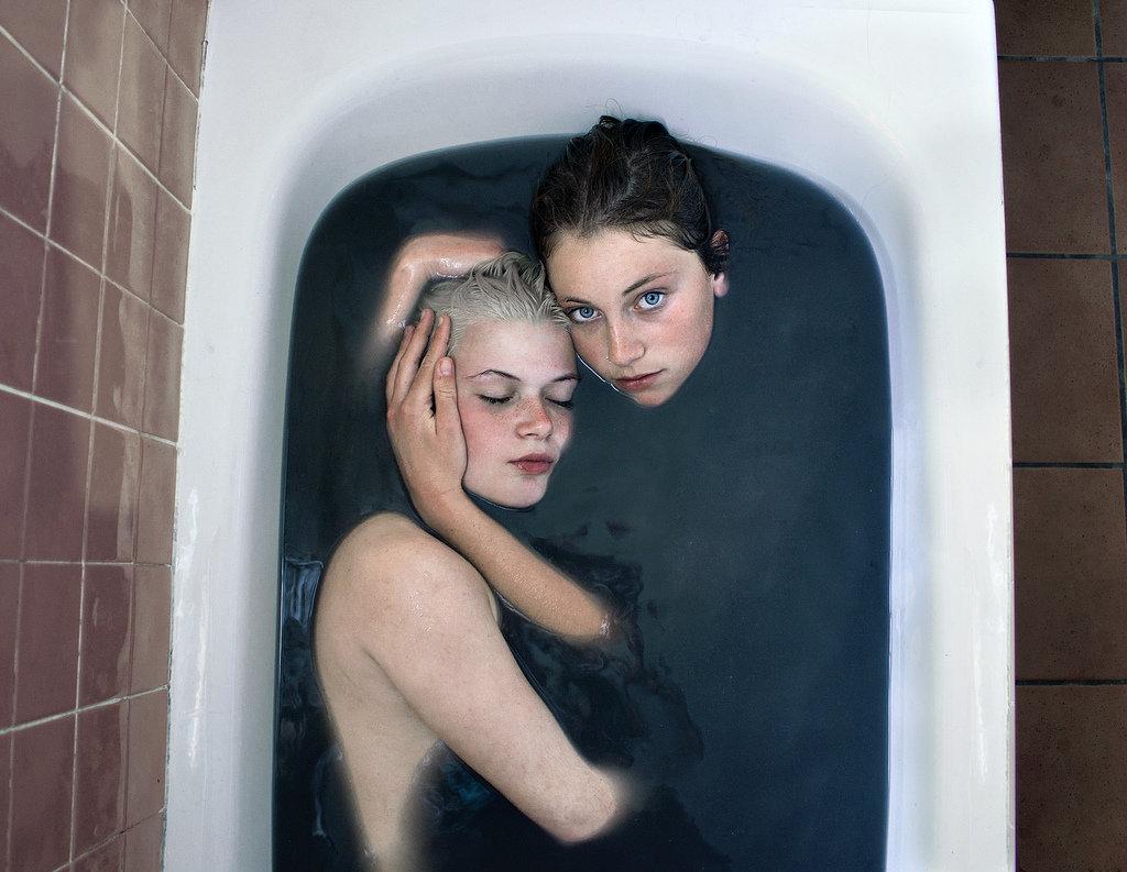 2 девушки в ванне