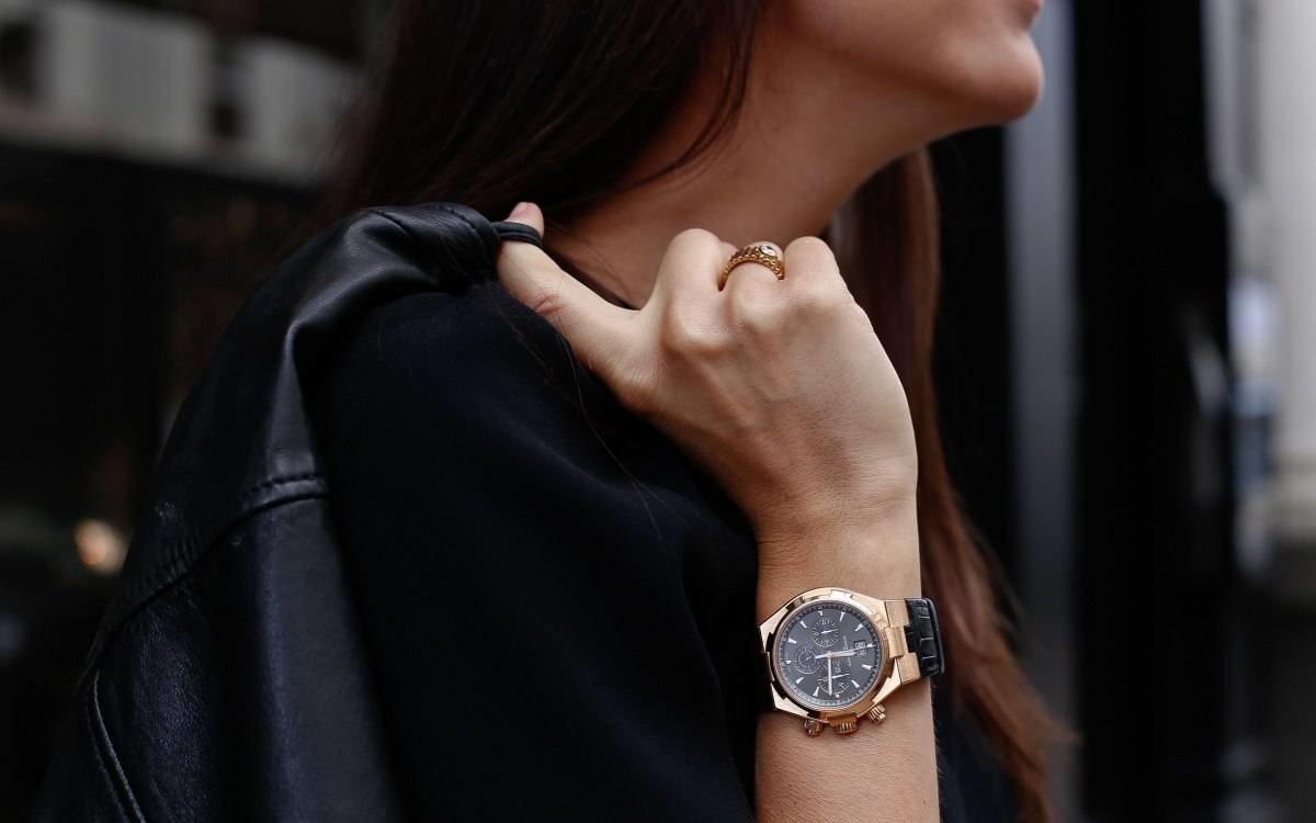 Часы 42 мм на руке девушки