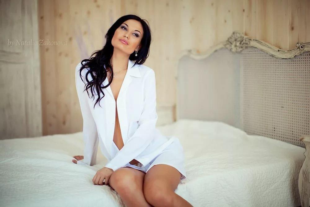 фото брюнетка в белой рубашке что таких
