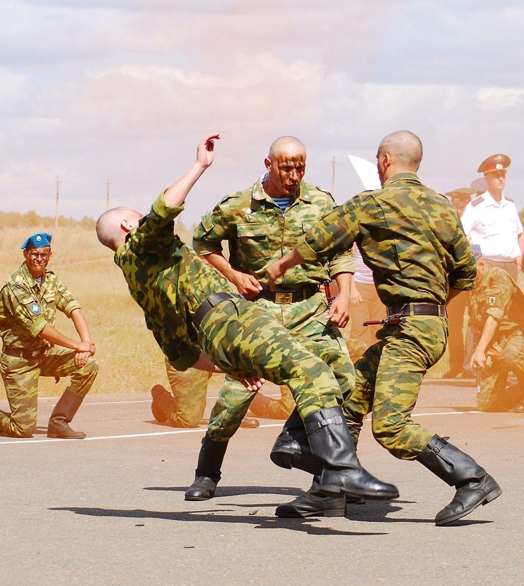 russkiy-muzha-boevie-priemi-borbi-vdv-podrugi-baluyutsya-lesbi