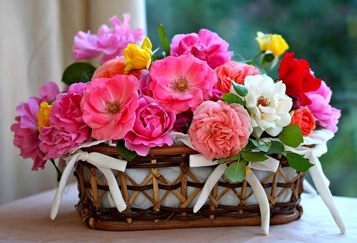 Доставка городе, красивый букет цветов в корзине