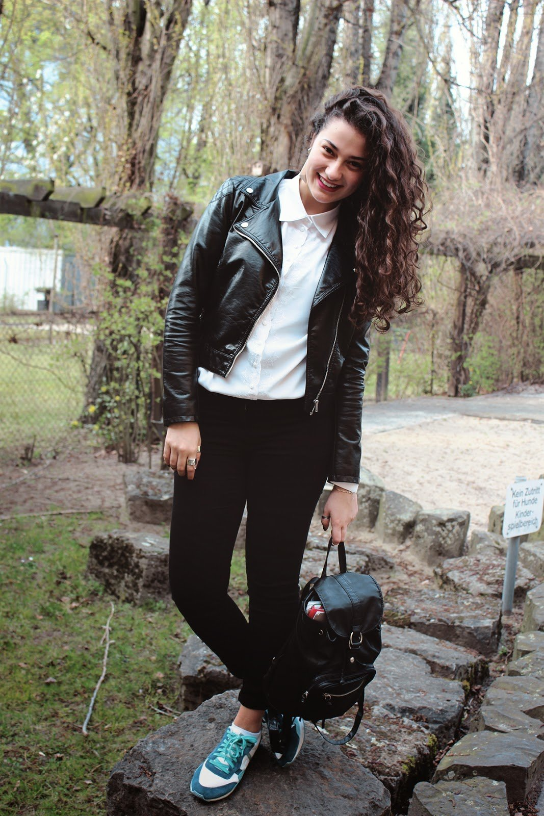 Кожаная косуха с кедами и рюкзаком фото
