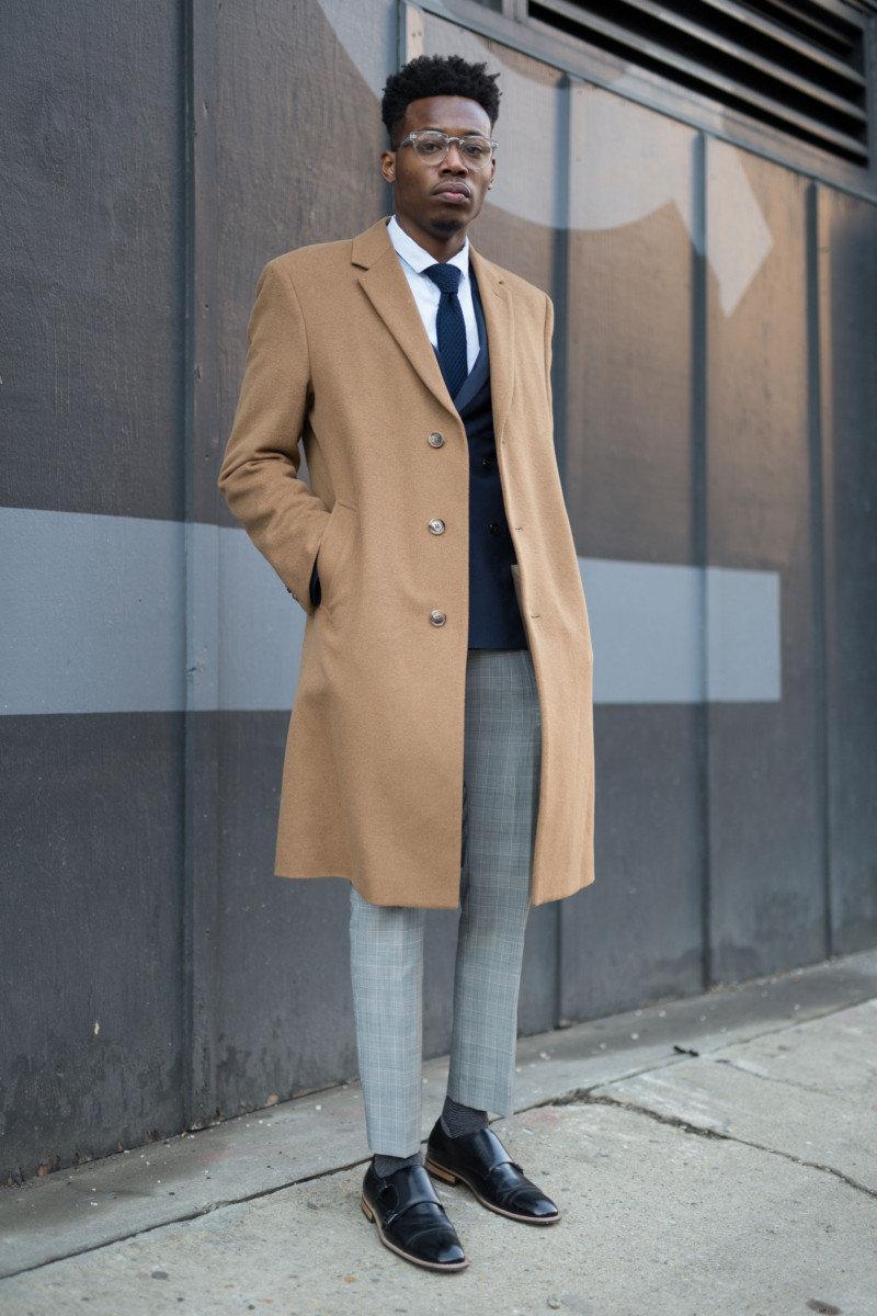 d2cfeaf72d9 Бежевое пальто и светло-серые брюки — отличный пример классического  мужского стиля.