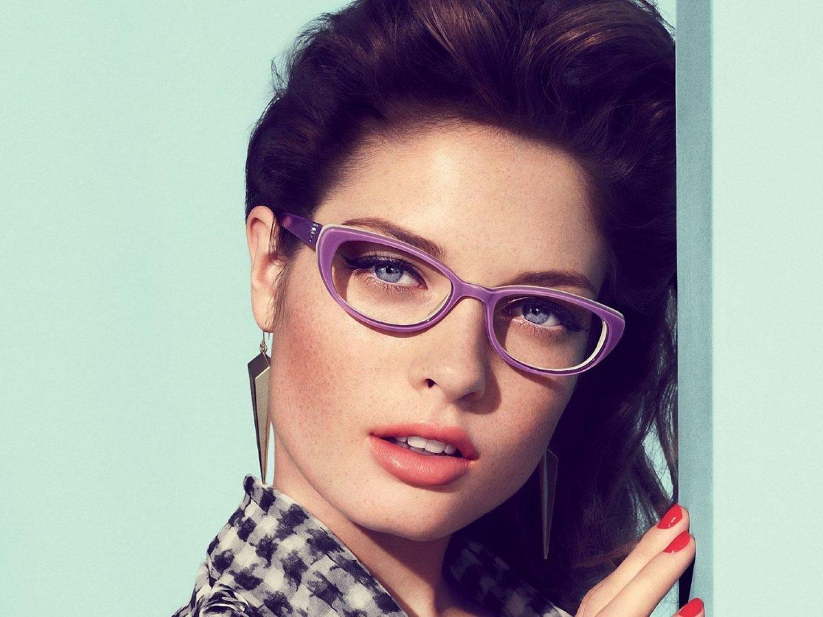 самостоятельно справиться девушки в стильных очках видео мне
