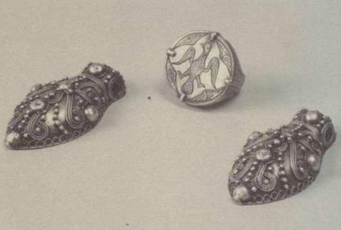 Подвески-жуки, украшенные зернью и полусферами, и печатный перстень
