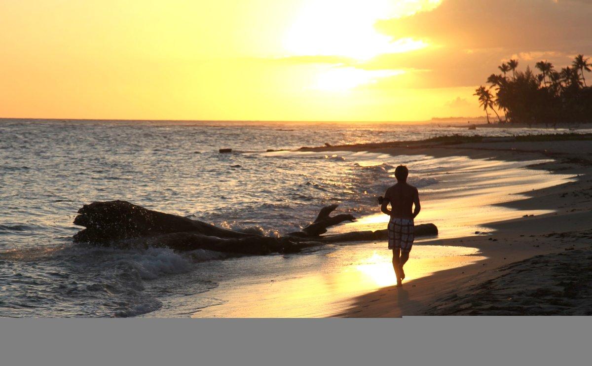 бег на берегу океана картинки турист