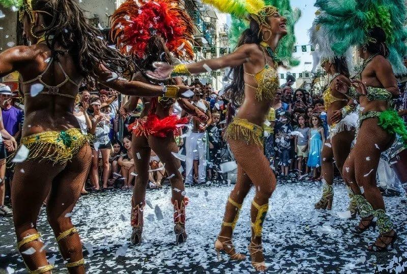 braziliya-zagorelaya-blondinka-tantsuet-pod-baraban