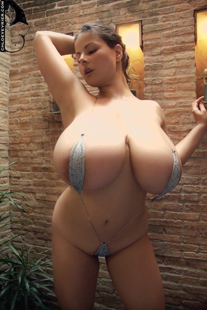 У девки большие дойки