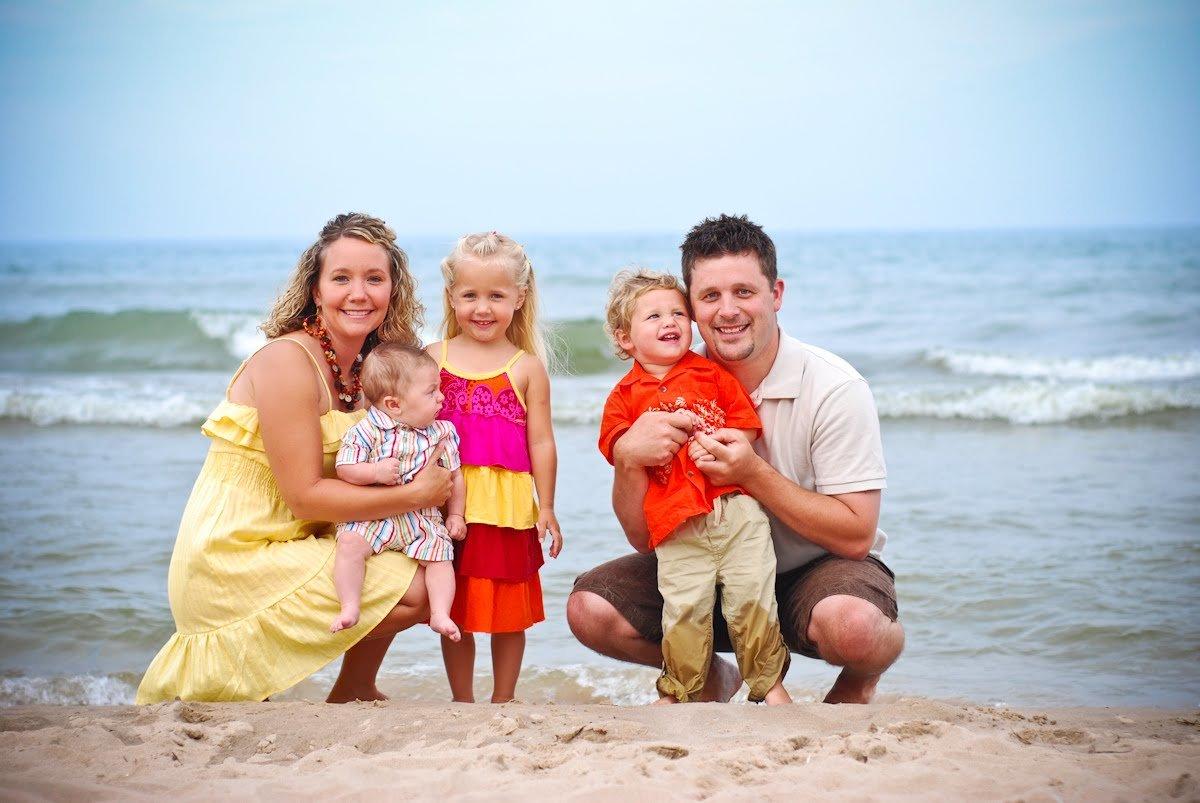 Картинки счастливая семья с детьми на море