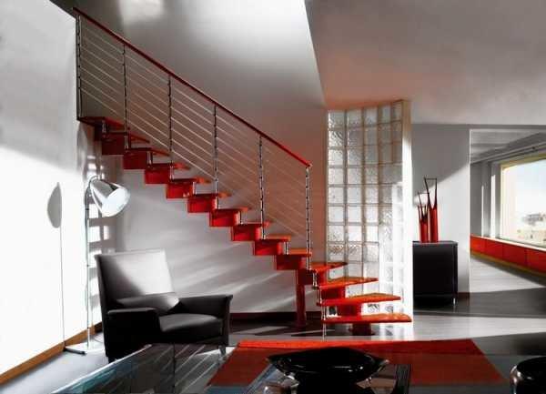 дизайн гостиной с лестницей на второй этаж 3