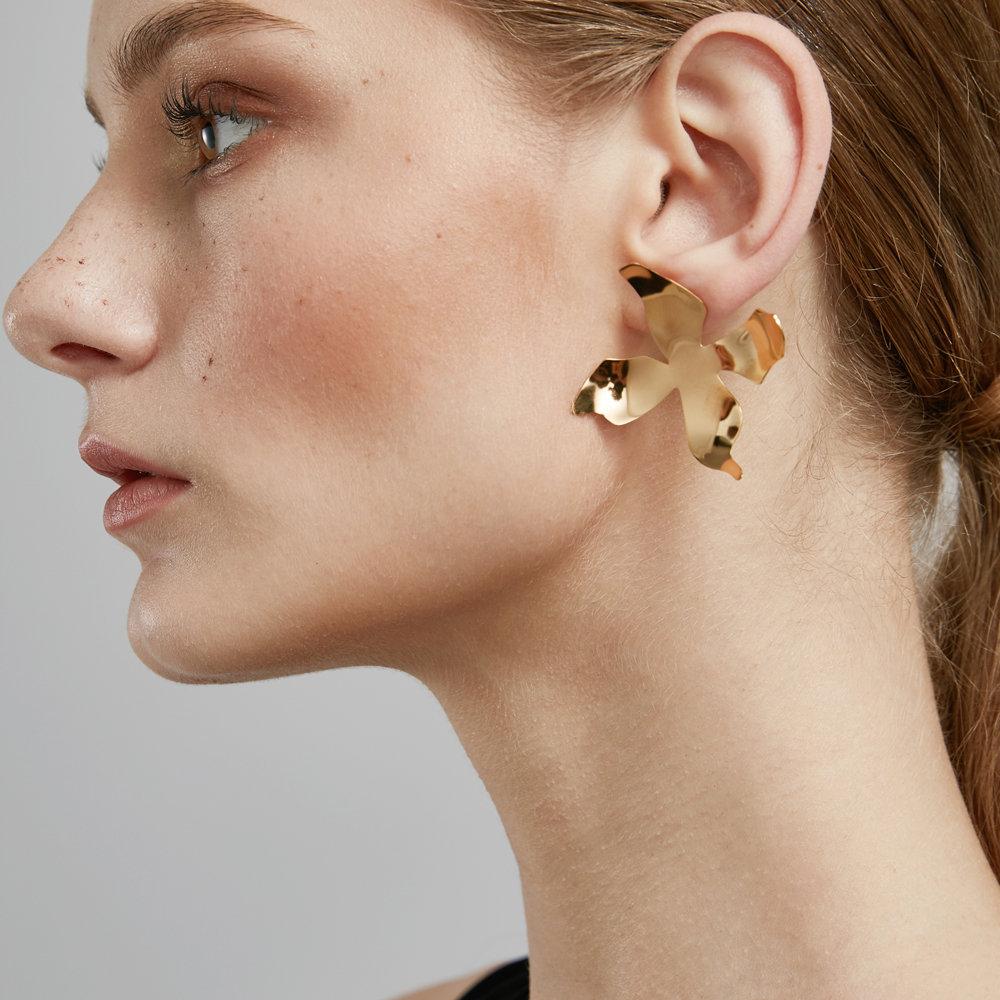 золотые серьги гвоздики фото в ушах
