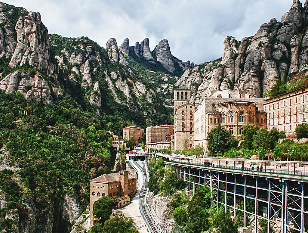 Старинный бенедиктинский мужской монастырь Монсеррат, впервые упомянутый в 880 году, расположился среди причудливых известняковых гор испанской Каталонии.