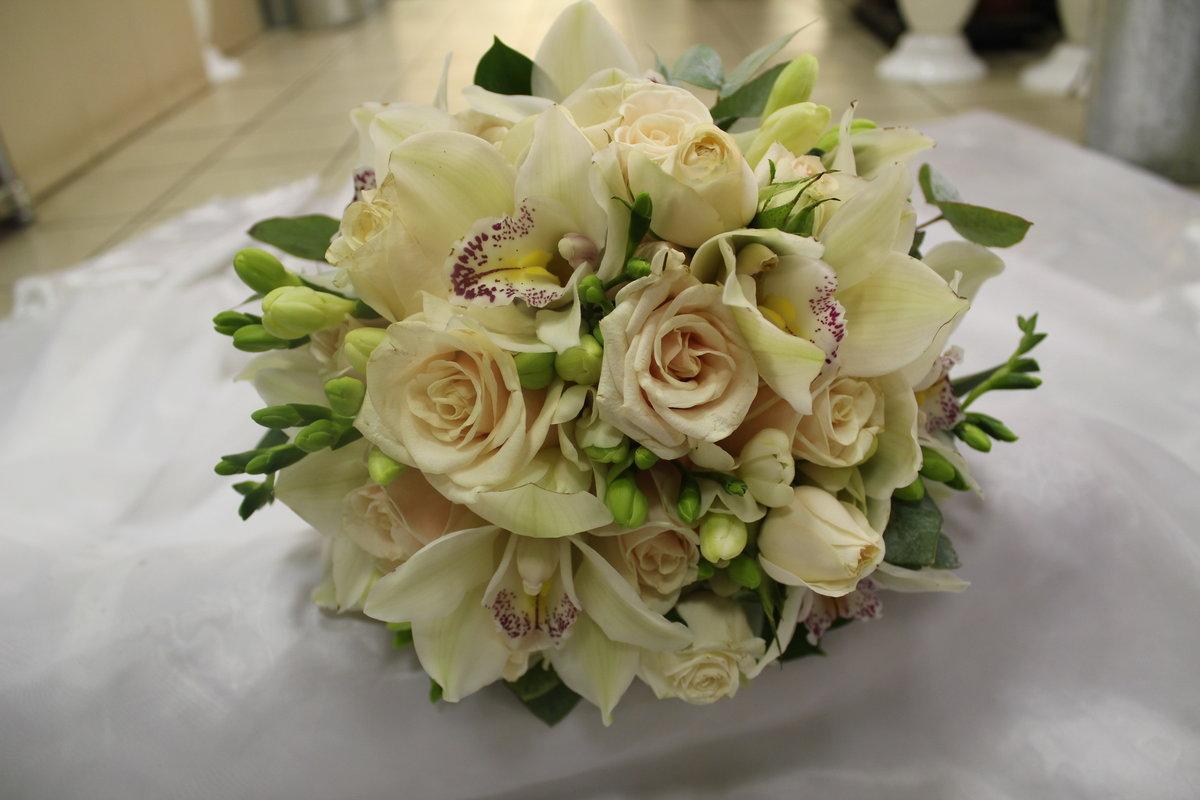 Цветов зеленый, букеты из фрезий и роз