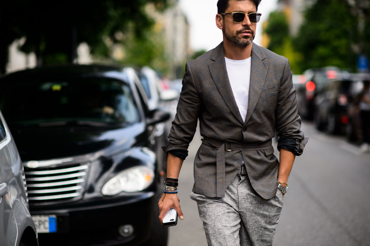 дороги, фото человека модного ярким костюмом, обвязать