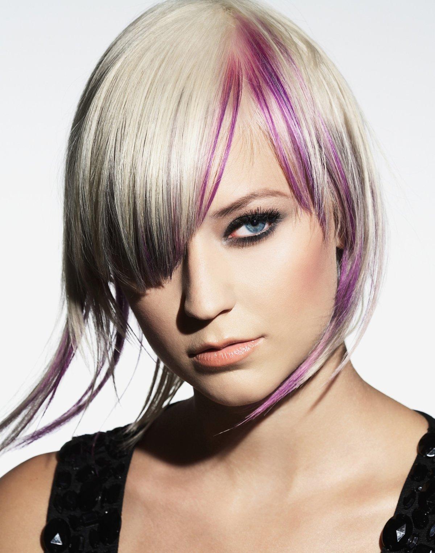 также внимание, цветные пряди в волосах коротких фото той серии