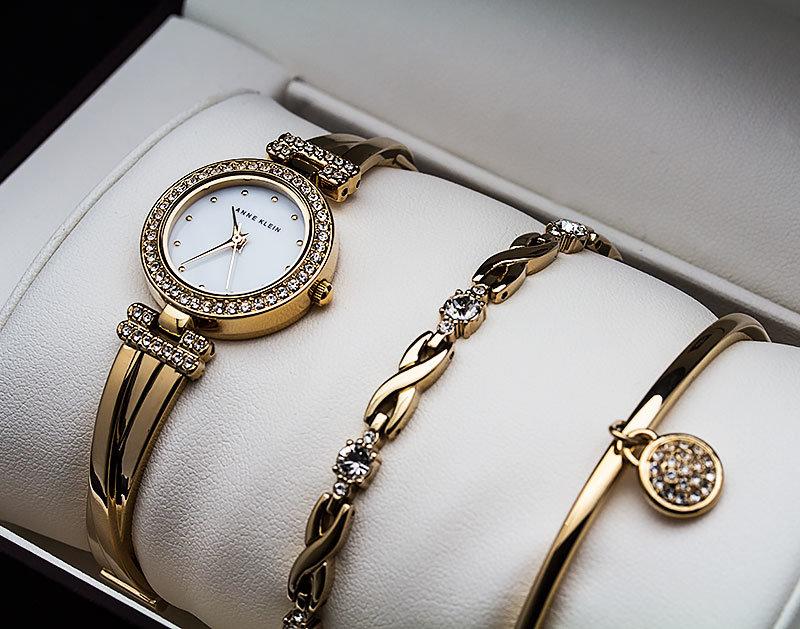 Оригинальные часы с красивым браслетом можно носить с классическим вечерним платьем.