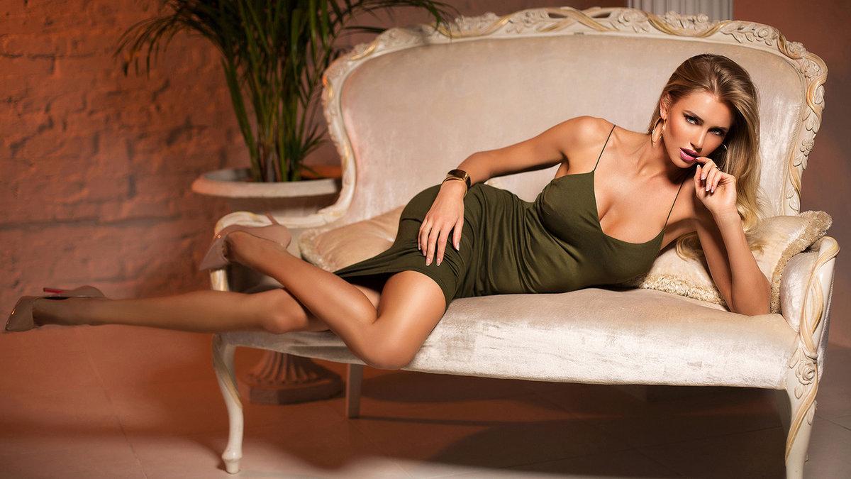девушка лежит на диване александр пичугин