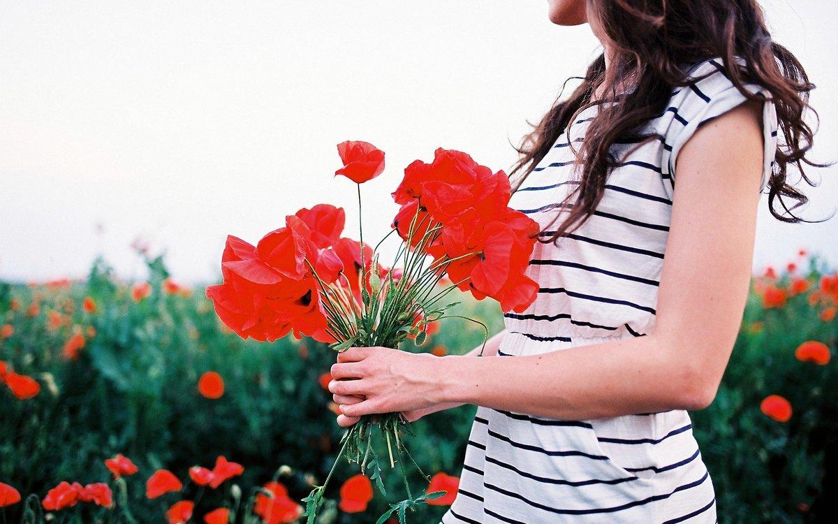 Картинка девочка держит в руках цветы