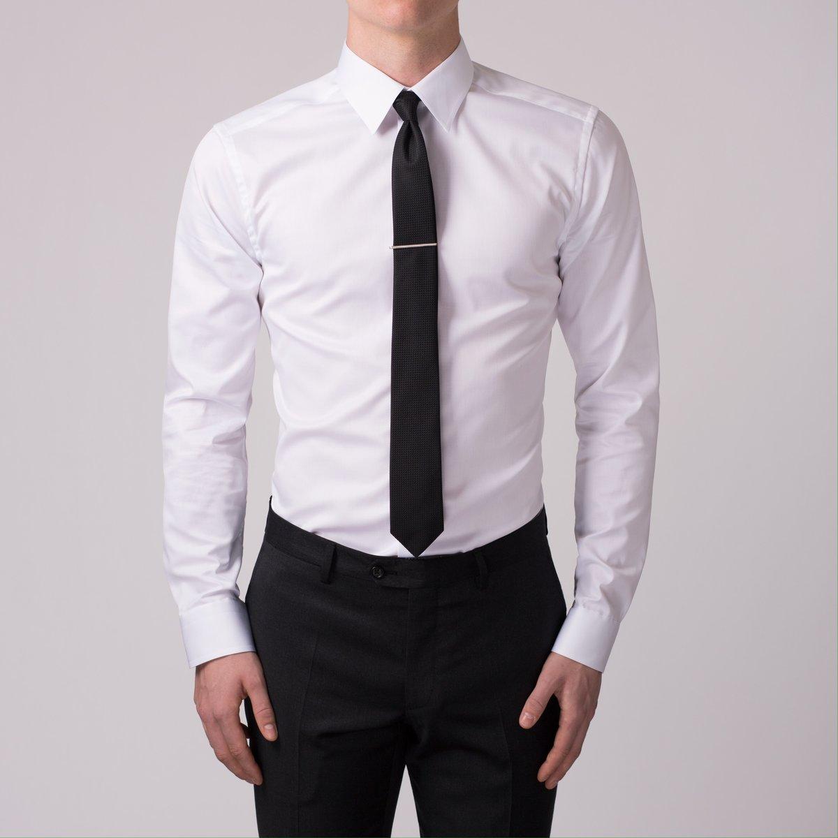 белая рубашка с галстуком фото стоит