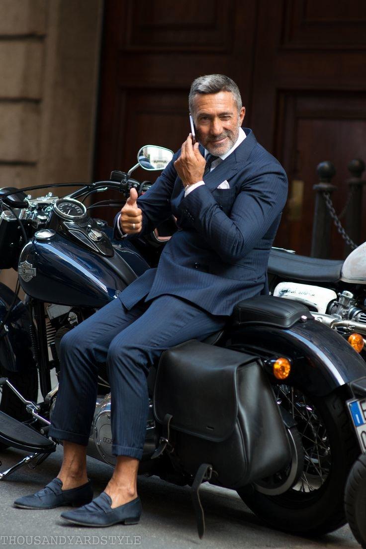 она только фото элегантный мотоциклист связано
