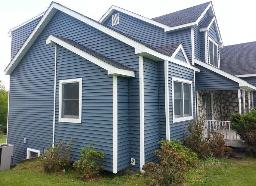 дома с синей крышей обшитые сайдингом фото