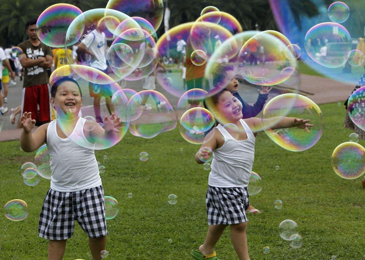 Картинка много детей и мыльные пузыри