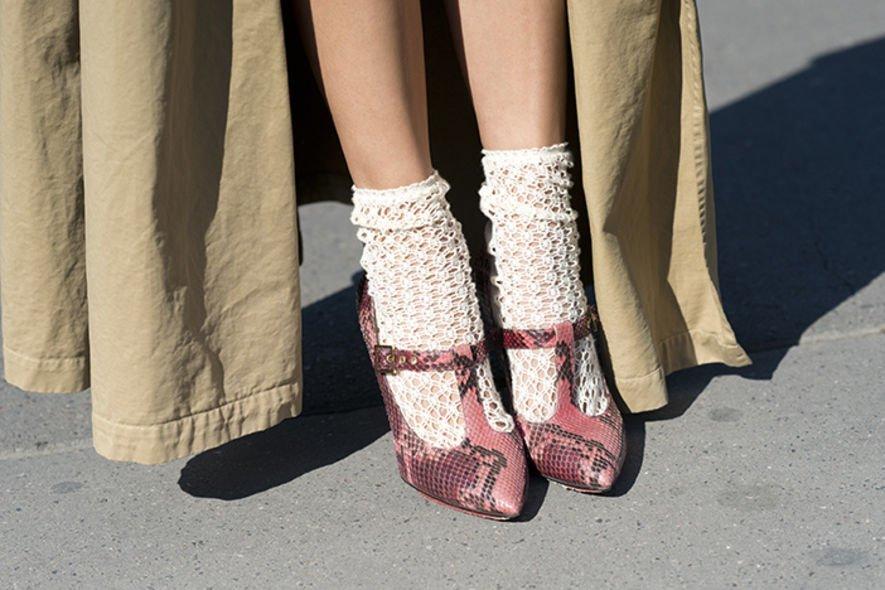 Носки торчащие из ботинок фото