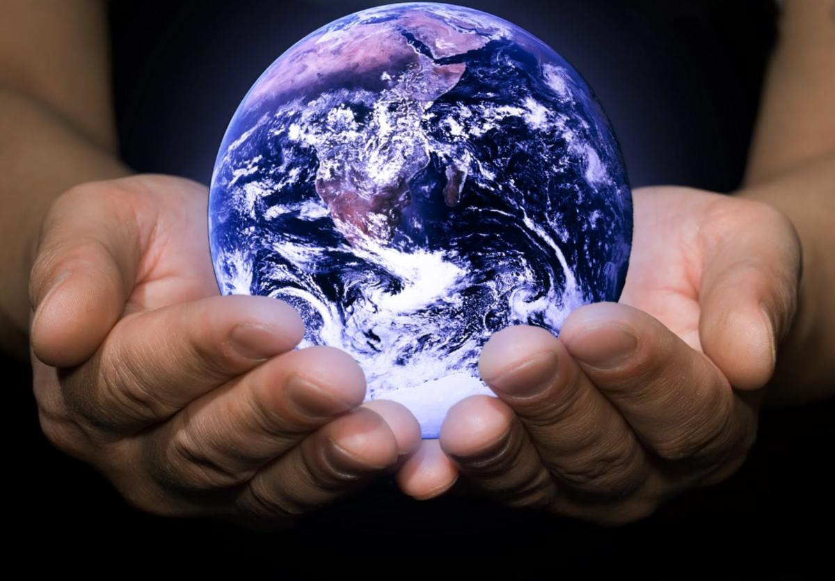 Картинки земли в руках человека, поздравление рождением