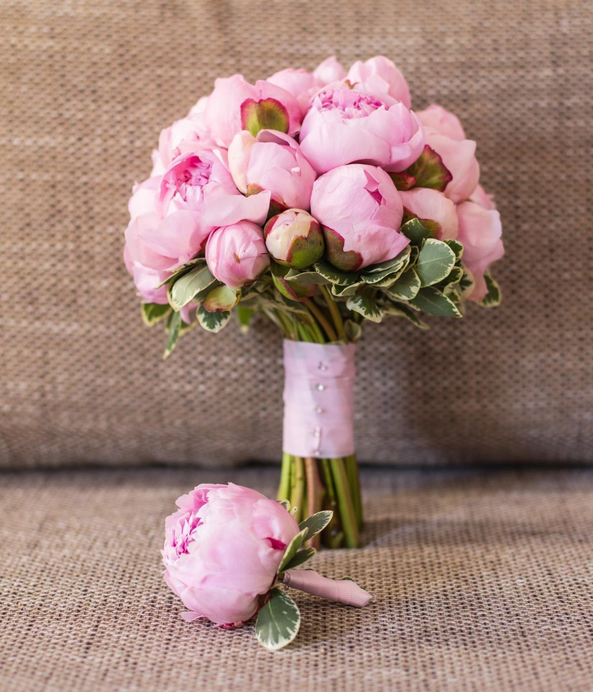 Букет невесты розового цвета, растения