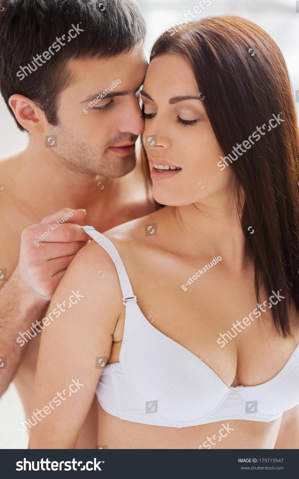 нём, лицом девушка снимает лифчик потом приходит ее парень медленно