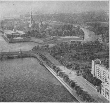 Петропавловская крепость и площадь Революции.