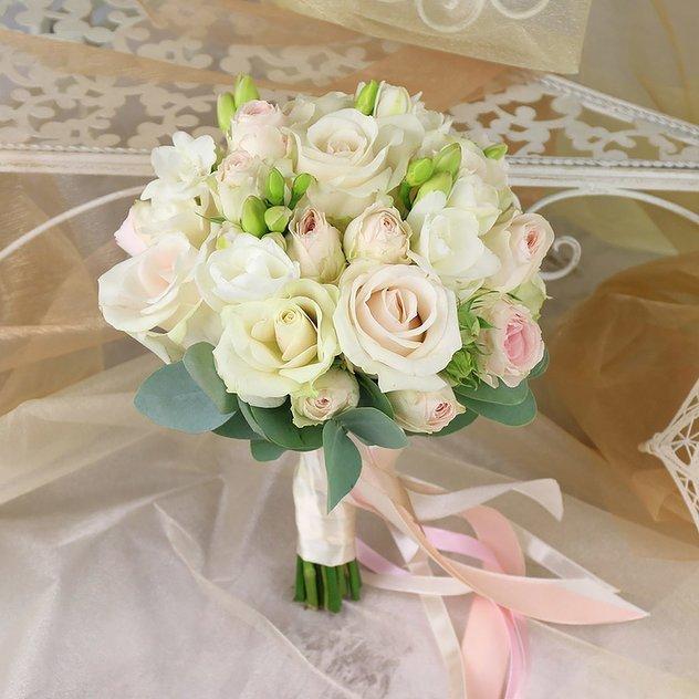 Букеты живых, букет невесты кустовые розы розовые