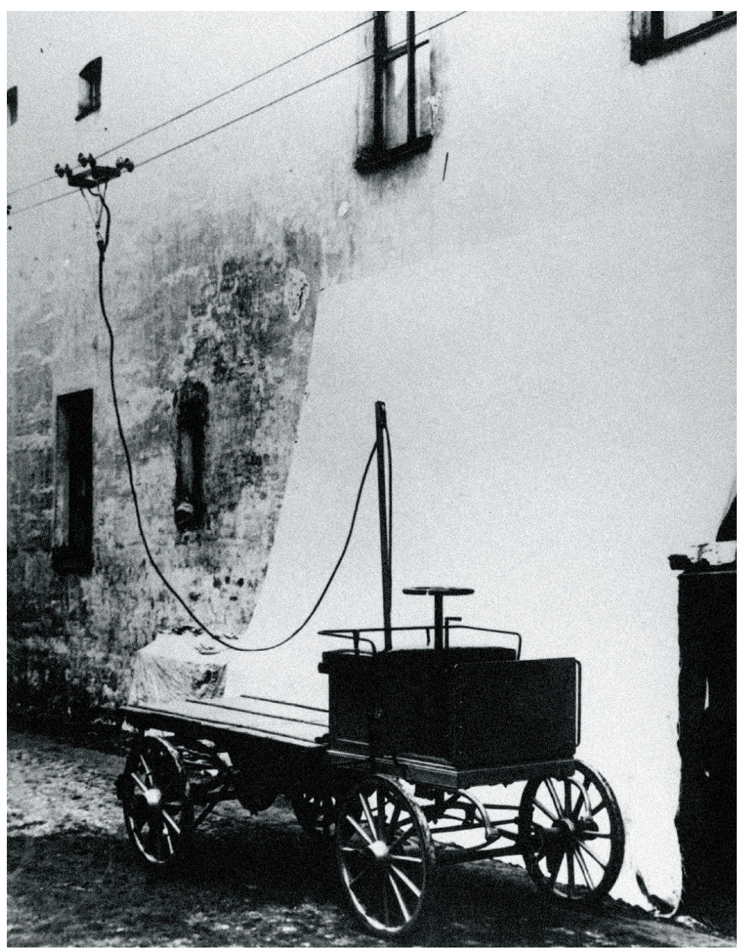 13 апреля 1902 года в Санкт-Петербурге проведены испытания первого в России троллейбуса