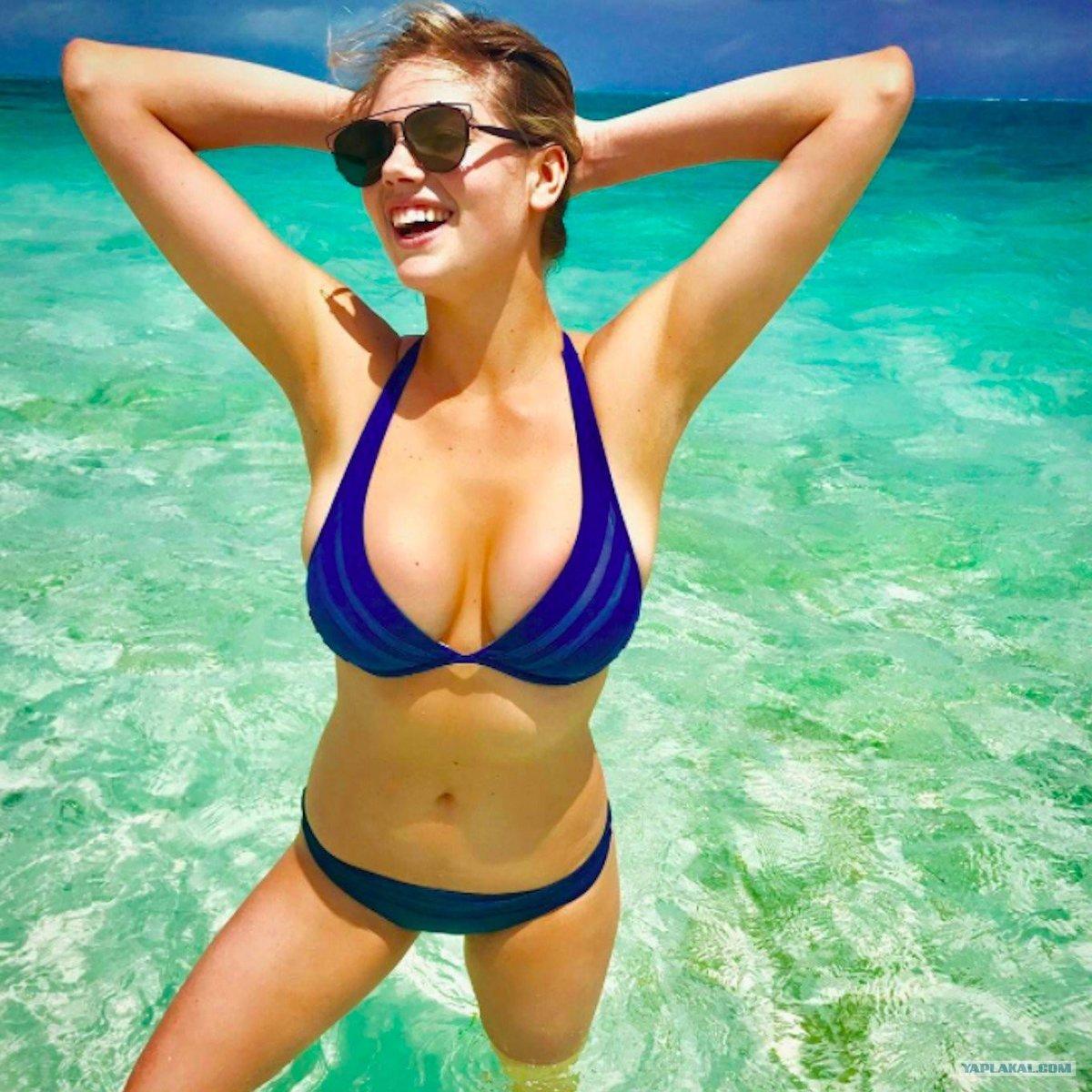 девушки с большими грудями в синем купальнике