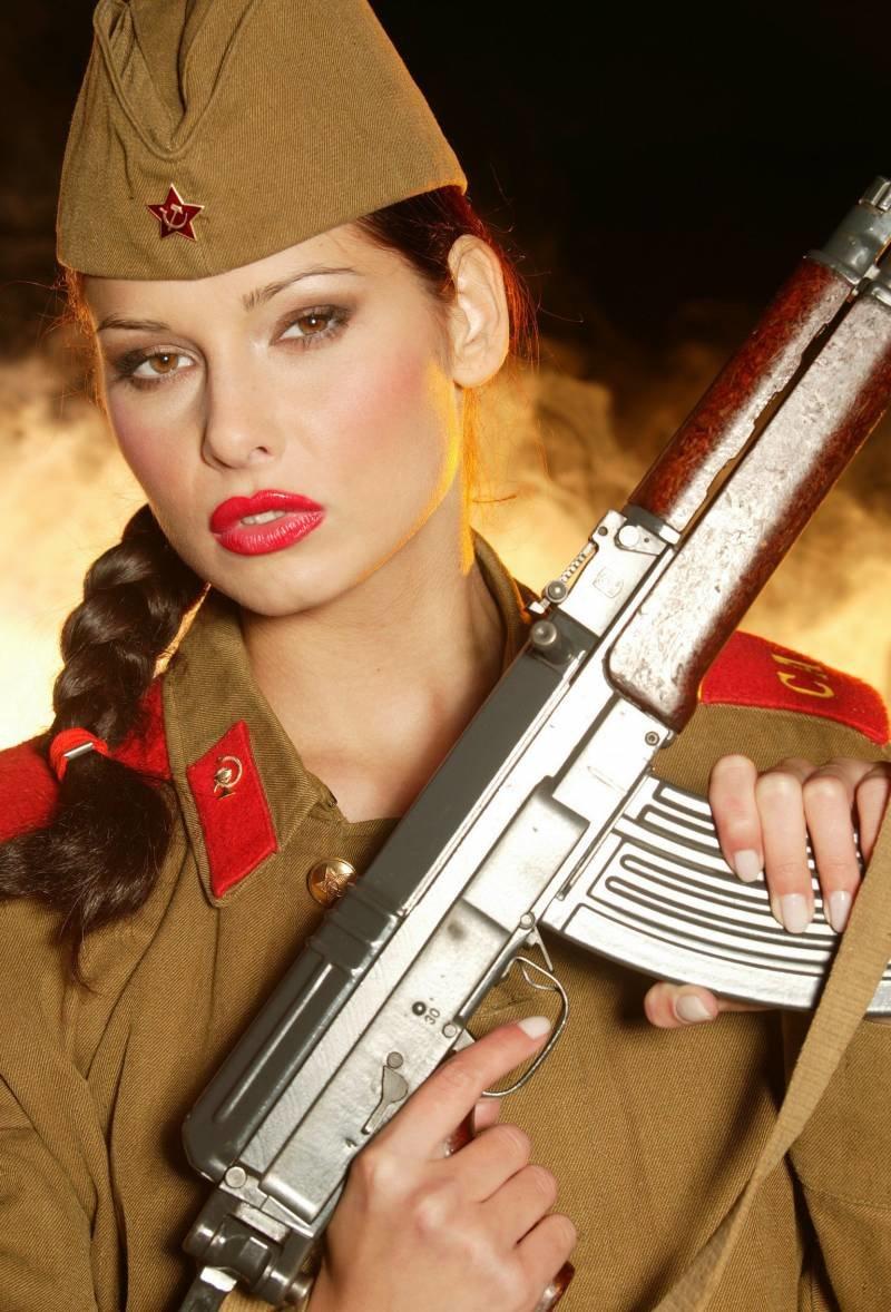 Днем рождения, открытка женщина военная
