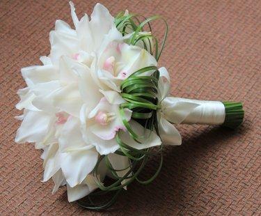 Букет лилия с орхидея цимбидиум свадебный, маленькие букеты роз цена