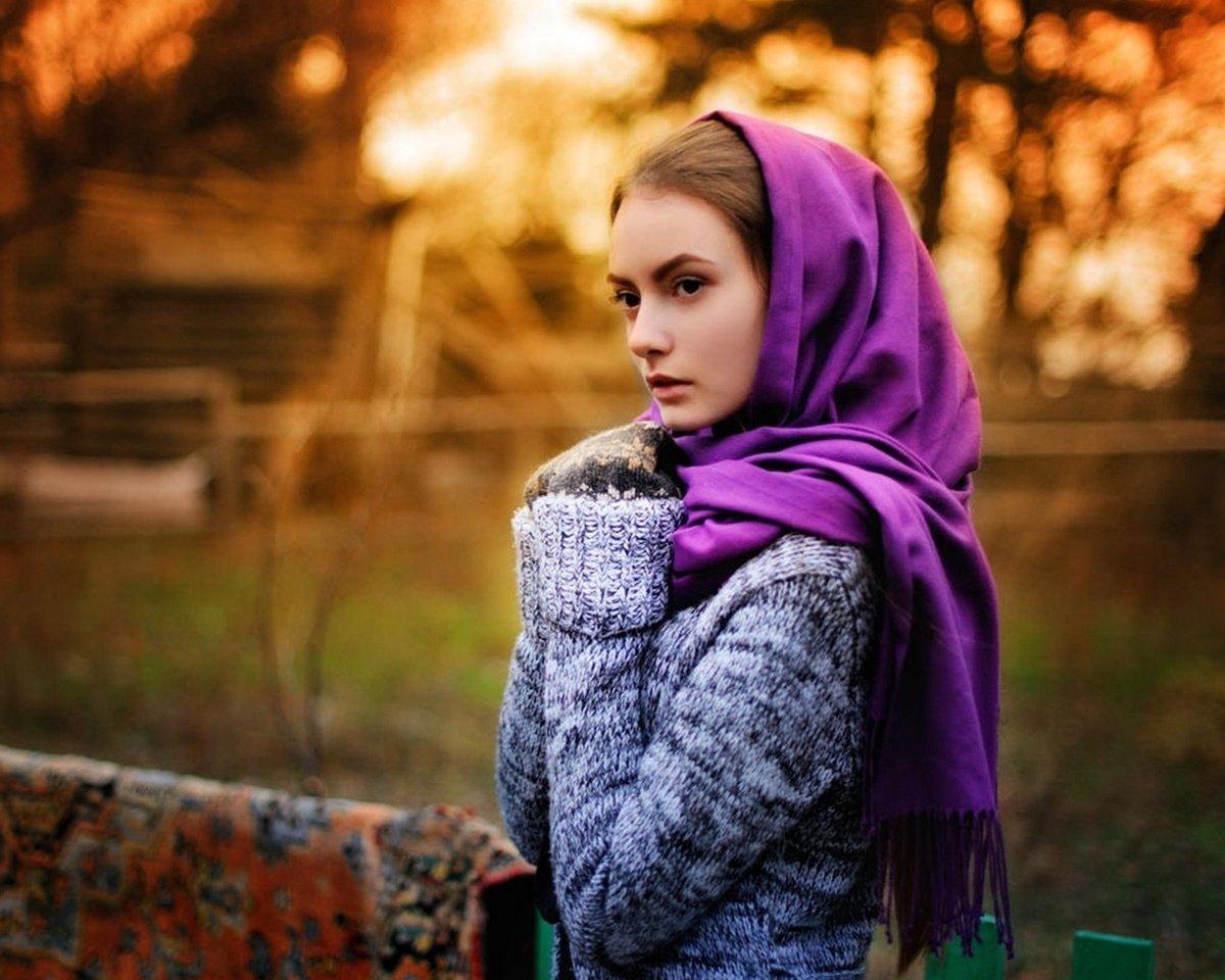 Девушка в платку картинка