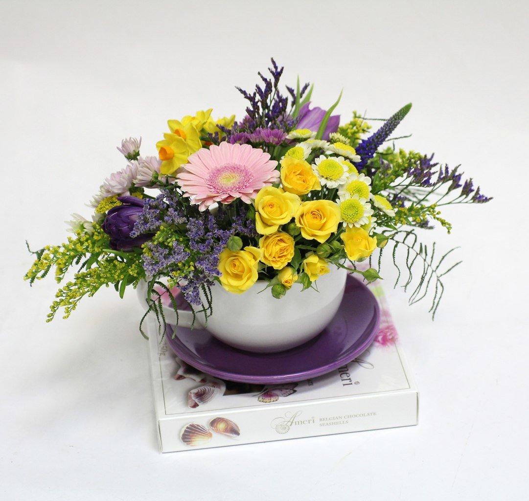 Купить композиции из живых цветов на 8 марта, свадебный