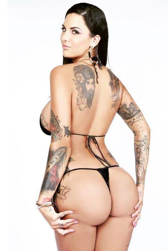порнозвезда с ласточками на спине аккуратно взяла