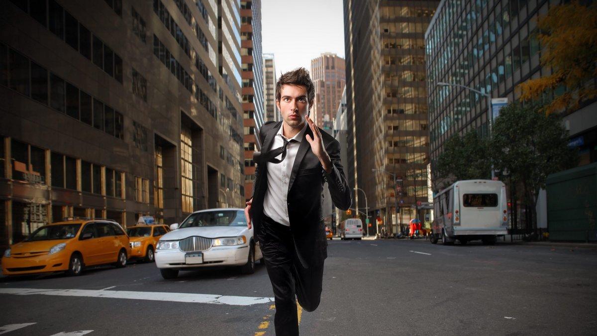 Фото идущего мужчины