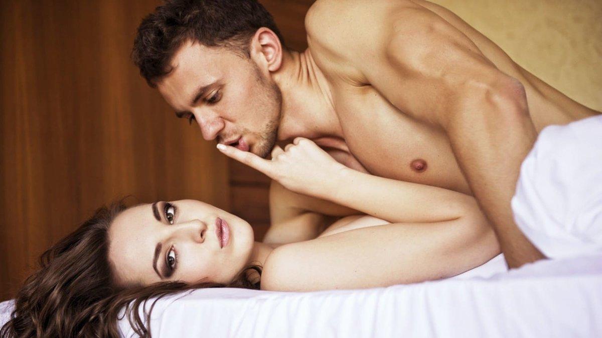 мужик ебет красивую русскую девушку между грудей тюремном