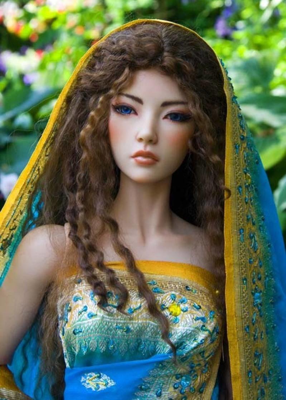 фото реалистичных кукол цветы придают