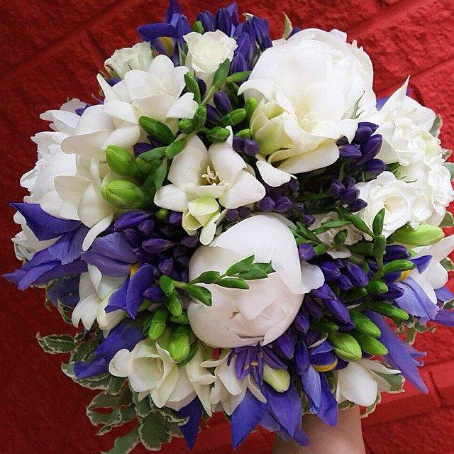 Живых цветов, букет свадебный ирисы и пионы