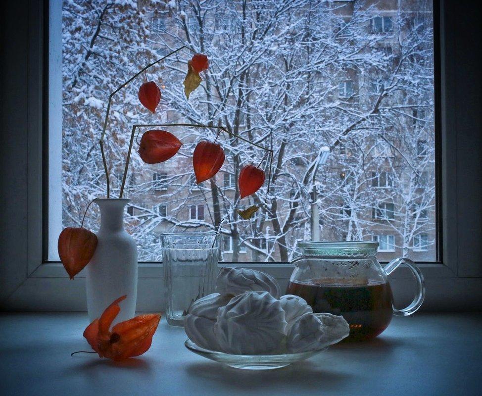 Открытка доброго зимнего утра орхидеи на окне за окном зима снег, для поднятия настроения